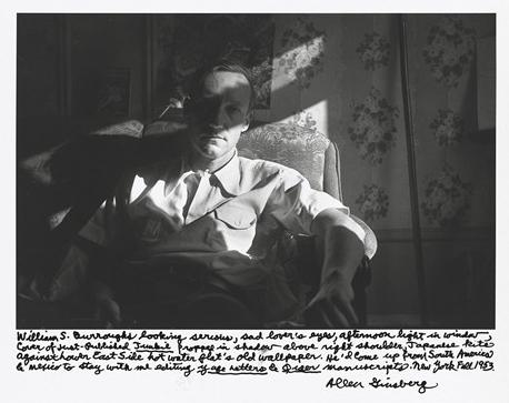 """""""Vilijam S. Barouz izgleda ozbiljno, sa očima tužnog ljubavnika, popodnevno svetlo u prozoru, naslovna strana tek objavljenog """"Džankija"""" podignuta u senku iznad desnog ramena, japanski zmaj naspram Donje istočne obale, vruća voda, stari tapeti u stanu. Došao je iz Južne Amerike i Meksika da bude sa mnom dok sređujem """"Yage Letters and Queer manuscripts."""" Njujork jesen 1953."""""""