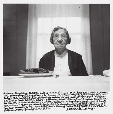 """""""Rebeka Ginzberg, Buba, žena Pinkusa, radnika u perionici, a potom vlasnika prodavnice duvana, očeva majka ( rođena u Rusiji blizu Kamenetz-Podolsk maja 1869 – umrla jula 1962) u kućnoj poseti svom starijem sinu Luisu. Ovde je stara 84 godine, za stolom tokom prirema za seder. Pohađala je časove engleskog za obrazovanje odraslih u Nevarku 14 godina pre toga, napisala patriotski esej izjavljujući """"God Blast America!"""" Mlađi sin ujka Ejb i kći tetka Rouz, Klara i H.S. učiteljica Hana bili su njena deca. Soba za ručavanje 428 Istočna 34. ulica. Paterson Nju Džerzi april 1954."""""""