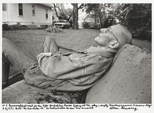 """""""V. S. Barouz odmara u dvorištu svoje kuće gledajući u nebo, prazni vanvremeni Lorens Kanzas maj 28, 1991. Ali """"auto je datira"""" primetio je kada je video ovaj snimak."""""""