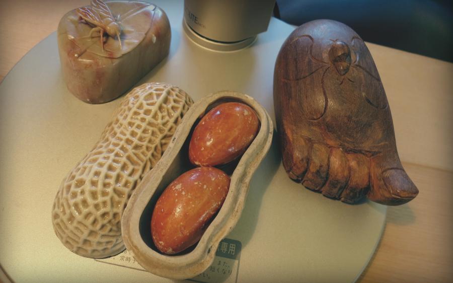 """""""Predmeti na postolju moje stone lampe kupio sam na putovanjima tu i tamo. Drveno stopalo sa urezanim paukom je iz Laosa, mermerni kamen sa pčelom iz Skandinavije a posuda u obliku kikirikija... hmmm... izvinite, zaboravio sam. To su moji talismani."""""""