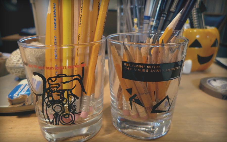 """""""Za pisanje koristim drvene olovke koje uvek moraju da budu savršeno zaoštrene. Kupio sam ih na rasprodaji u SAD. Stoje u čaši na kojima su omoti albuma Majlsa Dejvisa """"Cookin'"""" i """"Relaxin'"""". Poklonila mi ih je prodavnica ploča jer sam redovna mušterija."""""""