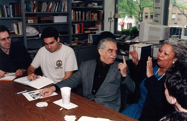 Nobelovci Gabriel Garsija Markes i Morison, tokom rada sa studentima na Univerzitetu Prinston 1998. godine.