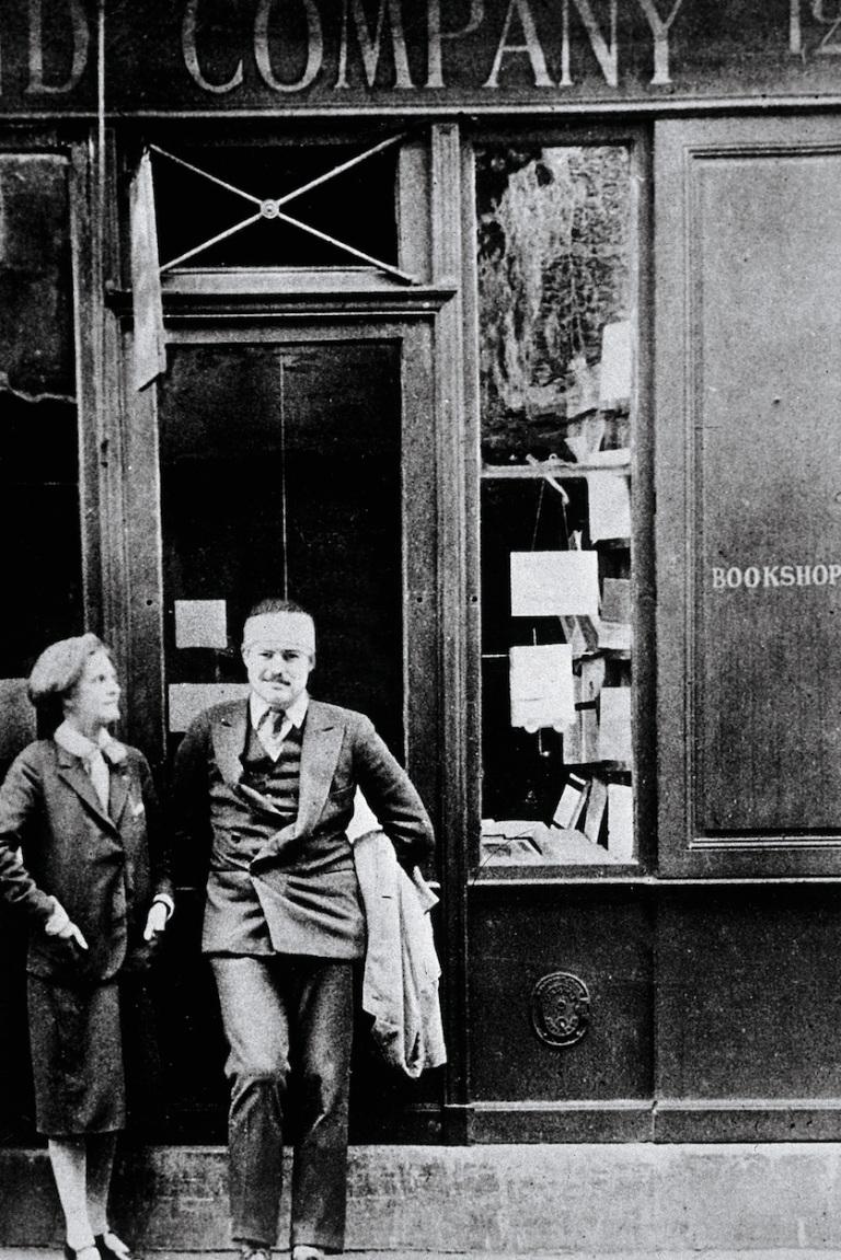 """Silvija Bič (levo), koja je vodila poznatu parisku knjižaru """"Shakespeare & Co."""" često bi pozajmljivala knjige svom prijatelju u nezavidnoj finansijskoj situaciji."""