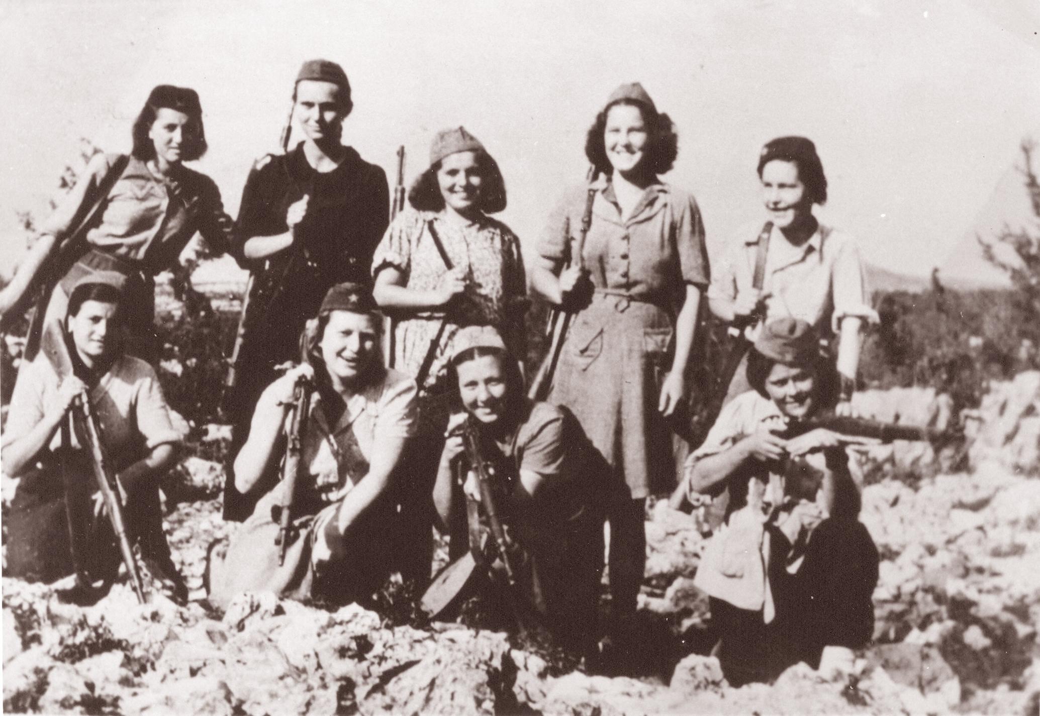 Фото женщин и детей на войне