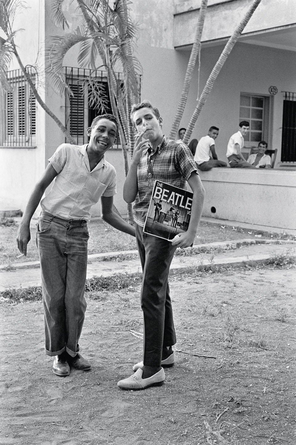 """Dečaci poziraju sa poslednjim albumom Bitlsa """"The Beatles Vol. 3"""", u Havani 1965. (Foto: Lockwood/TACHEN)"""