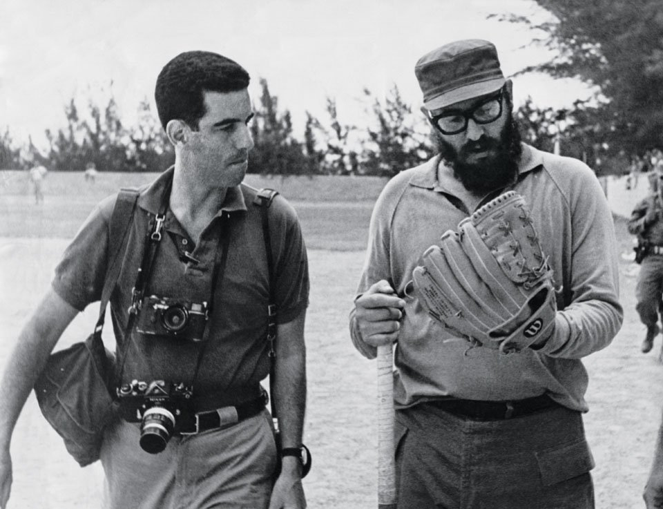 Novinar i fotoreporter Li Lokvud u razgovoru sa Fidelom Kastrom 1964, tokom jedne bejzbol utakmice. (Foto: Lockwood/TACHEN)