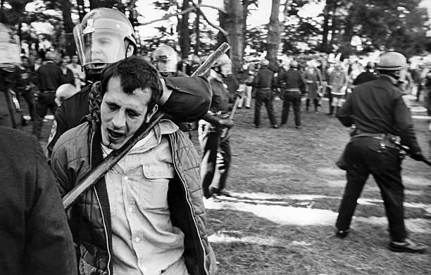 Policija privodi protestanta tokom nereda na državnom koledžu San Franciska, u januaru 1968. godine.